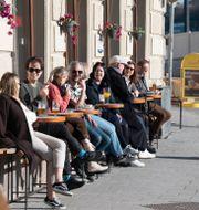 Solsugna huvudstadsbor njuter av vårvärmen på ett café i Gamla stan. Fredrik Sandberg/TT / TT NYHETSBYRÅN