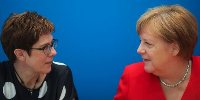 Annegret Kramp-Karrenbauer och Angela Merkel. Markus Schreiber / TT NYHETSBYRÅN/ NTB Scanpix