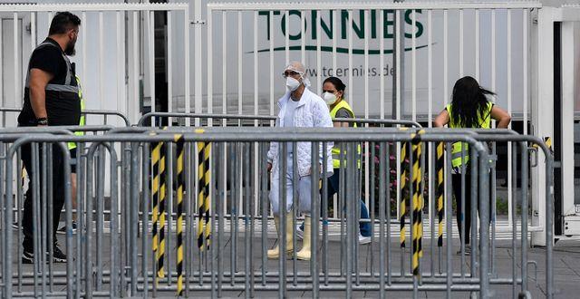 Smittskyddsperosoanl utanför den drabbade köttfabriken. Martin Meissner / TT NYHETSBYRÅN