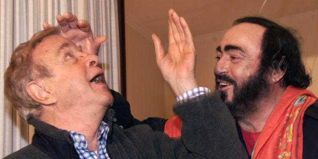 Arkivbild. Franco Zeffirelli tillsammans med den italienska operasångaren Luciano Pavarotti GABRIEL BOUYS / AFP