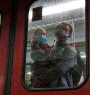 Passagerare med munskydd i Hongkongs tunnelbana.  TYRONE SIU / TT NYHETSBYRÅN