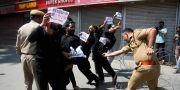 En polis går till angrepp mot shiitiska demonstranter. Mukhtar Khan / TT NYHETSBYRÅN