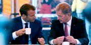 Emmanuel Macron och Sauli Niinistö innan han smakar på kaffet. Antti Aimo-Koivisto / TT / NTB Scanpix