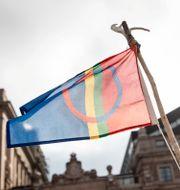 Samernas flagga framför Sveriges Riksdag. Arkivbild. Christine Olsson/TT / TT NYHETSBYRÅN