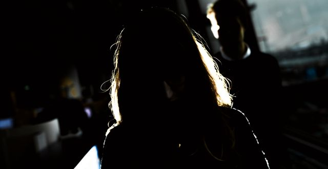 Silhuett av en kvinna på ett kontor. Alexander Larsson Vierth/TT / TT NYHETSBYRÅN