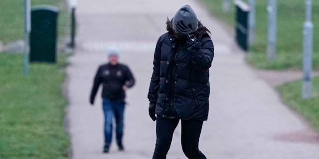Stadigt grepp om mössan i vinden vid Sundspromenaden i Malmö när stormen Ciara drog in över södra Sverige på söndagseftermiddagen Johan Nilsson/TT / TT NYHETSBYRÅN