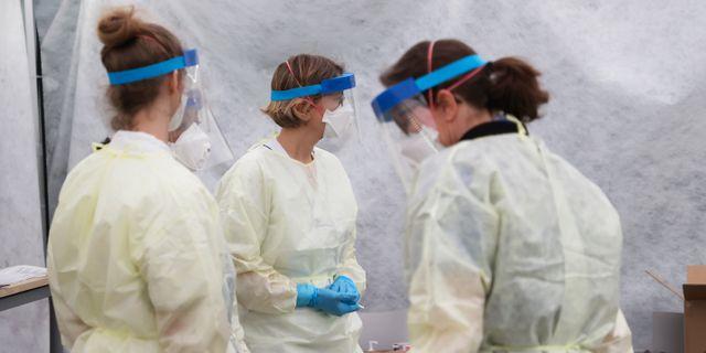 Personal med ansiktsmasker i ett provtagningstält utanför infektionsmottagningen vid Östra sjukhuset i Göteborg i början av mars. Adam Ihse/TT / TT NYHETSBYRÅN