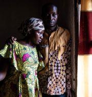 35-åriga Maurice och 26-åriga Esperanze, båda överlevare av ebola, vid sitt hem i Beni i Kongo-Kinshasa. JOHN WESSELS / AFP