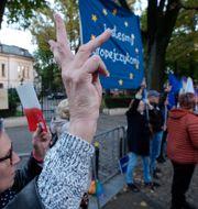 Människor demonstrerar utanför författningsdomstolen  Czarek Sokolowski / TT NYHETSBYRÅN
