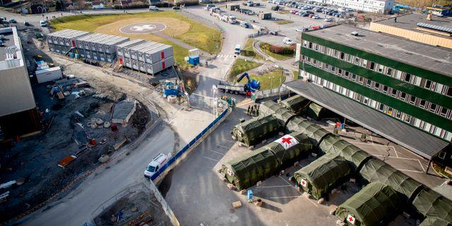 Östra sjukhuset med fältsjukhuset utanför. Adam Ihse/TT / TT NYHETSBYRÅN