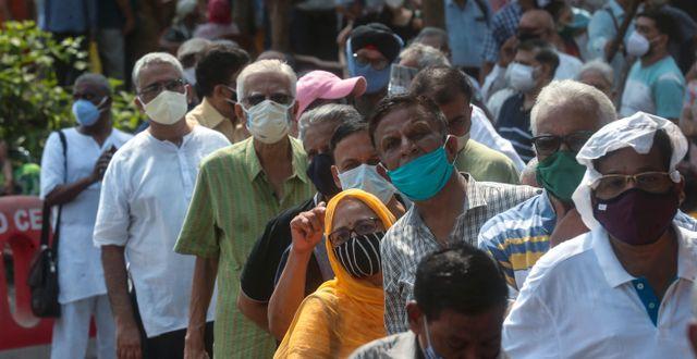 Folk i kö till vaccinering i Mumbai  Rafiq Maqbool / TT NYHETSBYRÅN