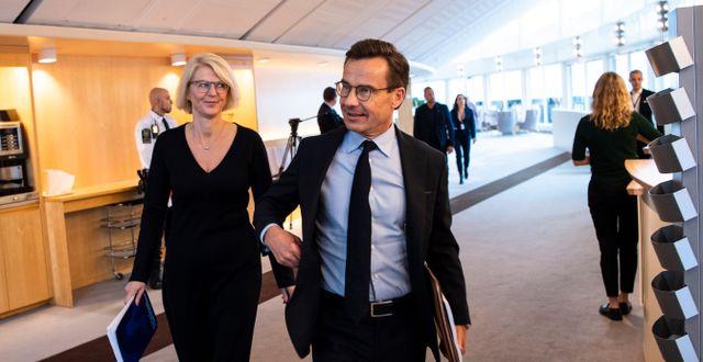 M:s partiledare Ulf Kristersson tillsammans med partiets ekonomisk-politiska talesperson Elisabeth Svantesson.  Amir Nabizadeh/TT / TT NYHETSBYRÅN