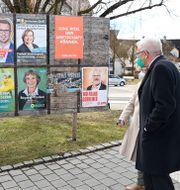 Winfried Kretschmann, De Grönas ledare i Baden-Wuerttemberg, tittar på valaffischer tillsammans med sin fru Gerlinde. Sebastian Gollnow / TT NYHETSBYRÅN