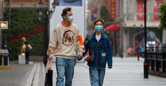 Ett par i Wuhan. Shen Bohan / TT NYHETSBYRÅN