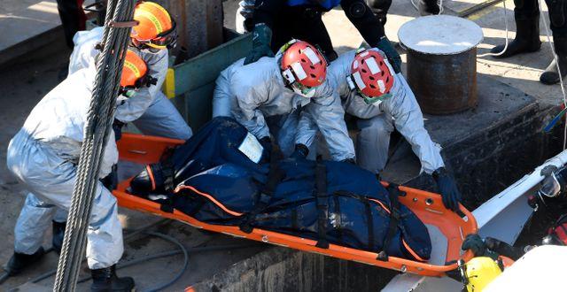 En kropp tas ut ur det bärgade fartyget i Budapest. ATTILA KISBENEDEK / AFP