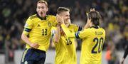 Sveriges Mattias Svanberg grattas av Dejan Kulusevski och Kristoffer Olsson efter sitt 2-0 mål under  EM-kvalmatchen mot Färöarna.  Jessica Gow/TT / TT NYHETSBYRÅN