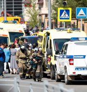 Polis och ambulser utanför skolan i Kazan.  Roman Kruchinin / TT NYHETSBYRÅN