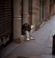 En man vilar på gatan i Barcelona. Illustrationsbild.  Emilio Morenatti / TT NYHETSBYRÅN
