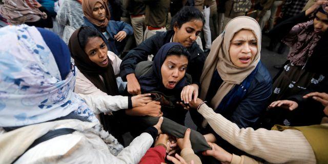 Demonstranter i New Delhi idag. Adnan Abidi / TT NYHETSBYRÅN