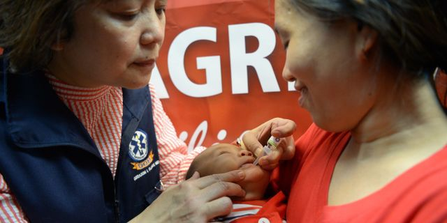 Ett barn i Filippinerna vaccineras mot polio. TED ALJIBE / AFP