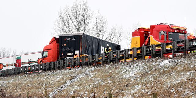 Flera lastbilar och en personbil var inblandade i en trafikolycka på E6 utanför Helsinborg på morgonen. En person har förts till sjukhus. Björn Lindgren/TT / TT NYHETSBYRÅN