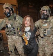 Kvinna gripen av federala agenter i Portland. Orgeon, i måndags.  TT