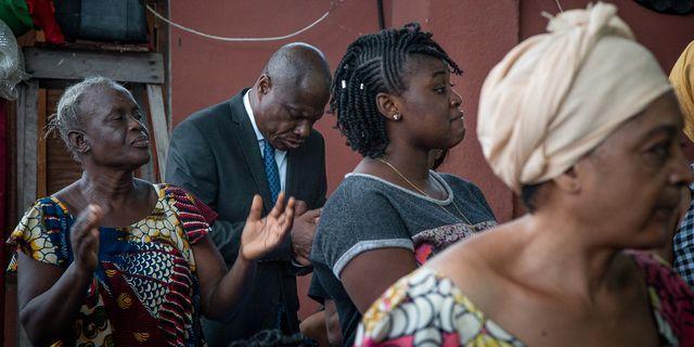 Fayulu  under en bön inför valet. CAROLINE THIRION / AFP