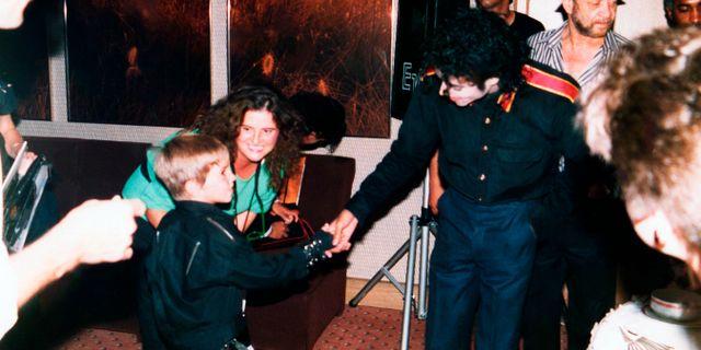 Michael Jackson träffar Wade Robson, en av männen som idag anklagar artisten för sexuella övergrepp.  Dan Reed / TT NYHETSBYRÅN/ NTB Scanpix