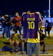 Barcelonasupportrar samlade utanför Camp Nou igår kväll. PAU BARRENA / TT NYHETSBYR�N