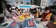 Röda korset hjälper människor som lider på grund av corona, här i Sydkorea.  Ahn Young-joon / TT NYHETSBYRÅN