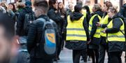 Personal i gula västar hjälper resenärerna på Malmö C på torsdagsmorgonen. Johan Nilsson/TT / TT NYHETSBYRÅN