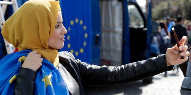 Yasmine Ouirhane tar en selfie vid en EU-positiv demonstration i Rom. Gregorio Borgia / TT NYHETSBYRÅN