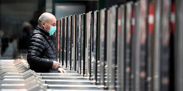 Man med mask i Italien. FLAVIO LO SCALZO / TT NYHETSBYRÅN
