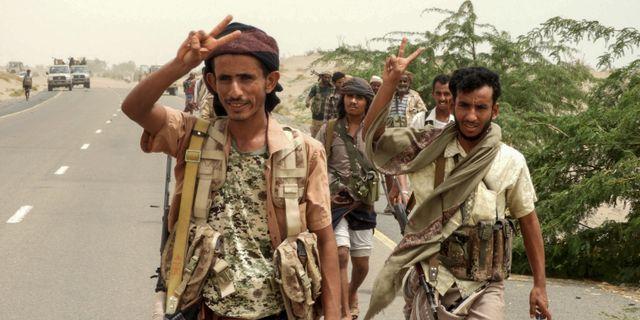 Regeringsstyrkor gör segertecken.  NABIL HASSAN / AFP