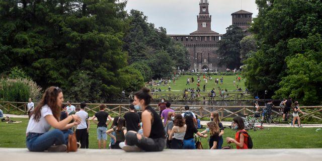Folk i en park i centrala Milano.  Claudio Furlan / TT NYHETSBYRÅN