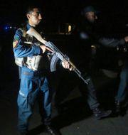 Polis anländer till moskén efter explosionen. Rahmat Gul / TT NYHETSBYRÅN
