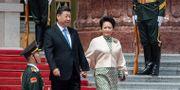Kinas president Xi Jinping med sin fru Peng Liyuan i Peking på måndagen. Nicolas Asfouri / TT NYHETSBYRÅN