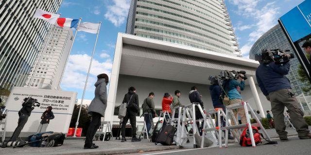 Journalister utanför Nissans huvudkontor i Yokohama, Japan, på tisdagen.  Kenzaburo Fukuhara / TT NYHETSBYRÅN/ NTB Scanpix