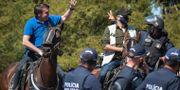 Bolsonaro hälsar på en ridande polis. Andre Borges / TT NYHETSBYRÅN