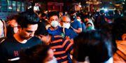Invånare i Bombay köar till affären på tisdagskvällen. INDRANIL MUKHERJEE / TT NYHETSBYRÅN