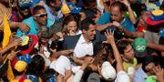 Oppositionsledaren Juan Guaidó i en folkmassa.  Juan Carlos Hernandez / TT NYHETSBYRÅN/ NTB Scanpix