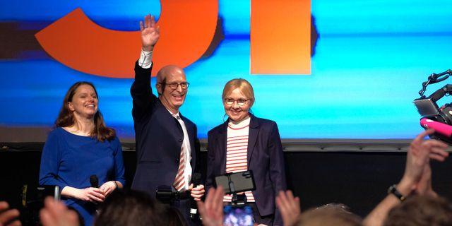 Peter Tschentscher, SPD:s topnamn i Hamburg efter segern tillsammasns med sin hustru och SP PATRIK STOLLARZ / TT NYHETSBYRÅN