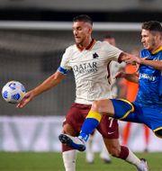 Romas Lorenzo Pellegrini och Veronas Mert Cetin i lördagens match. Fabio Rossi / TT NYHETSBYRÅN