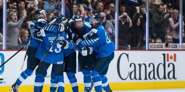 Finska spelare firar under finalmatchen mot USA i Junior-VM  Darryl Dyck / TT NYHETSBYRÅN