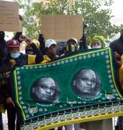 Zuma-anhängare utanför domstolen i Pietermaritzburg, Sydafrika. Denis Farrell / TT NYHETSBYRÅN