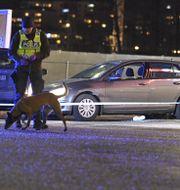 Polis på plats vid Circle K i Kungens Kurva söder om Stockholm under lördagen. Claudio Bresciani/TT / TT NYHETSBYRÅN