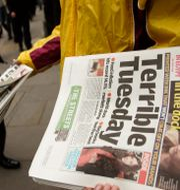 En tidningsutdelare i London under finanskrisen.  SANG TAN / TT NYHETSBYRÅN