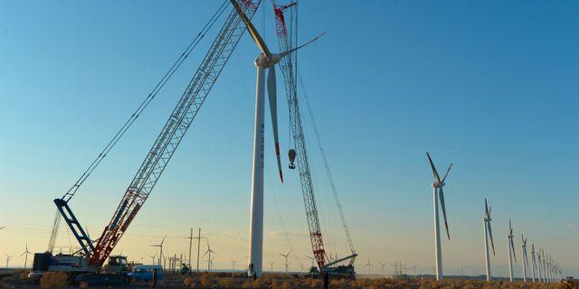 Vindkraftverk under konstruktion i nordvästra Kina. TT / NTB Scanpix