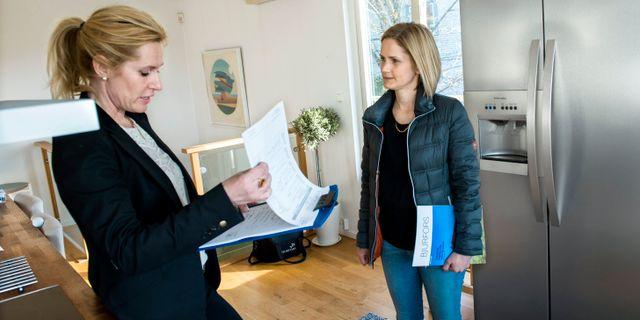 Karin Jacobsson (t h) i samtal med mäklaren Maria Nilsson under en husvisning i Stockholm. Arkivbild. Claudio Bresciani / TT / TT NYHETSBYRÅN