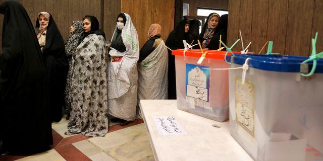 Väljare i en vallokal i Teheran. Ebrahim Noroozi / TT NYHETSBYRÅN